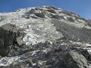五峰を目指す。雪は少ないが、歩きにくいことこの上ない。