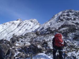 5峰台地から見た頂上。風が強く、積雪はあまりない