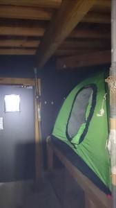 冬期小屋内にテント設置