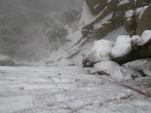 雪がべったり張り付いた壁を登る。研いだアックスが大活躍