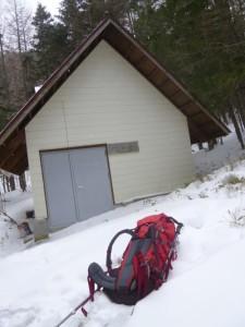 池山御池小屋で一服。寒いっす