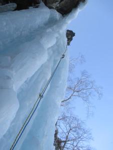1皮さん、大滝リード中。氷が硬い!