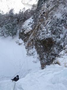 大滝で奮闘する岩佐さん