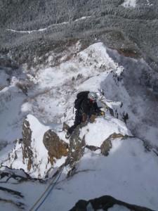 雪が多い稜線を行く