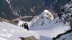 最後の雪壁を登る。右が1尾根。右下がA沢。下の方に奥又尾根