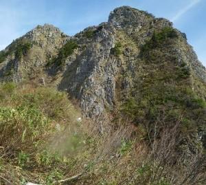 頂上の岩。50~60mはありそう。中央のリッジを登る