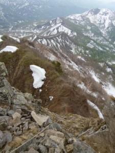 岩の急な部分を越え、振り返る