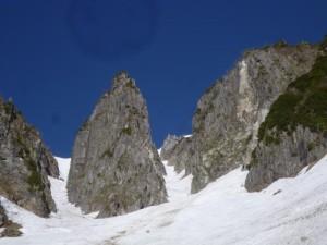 左俣から見た第一岩稜(左)と第二岩稜。硬そうに見えるが、ピナクル野頂上からはぼろぼろに見えた