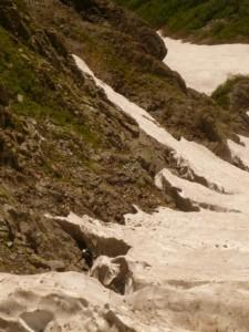 C沢の登り。シュルンドがあちこちに走り、雪渓から下りたり登ったりを繰り返す。中間部に岩佐さん