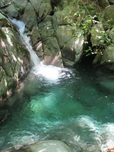 エメラルドグリーンのきれいな淵。