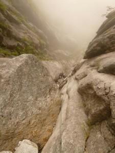 CS滝1pで岩にはい上る