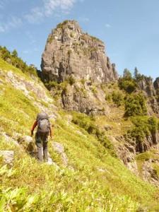 中央稜上部をトラバースし、烏帽子岩に向かう