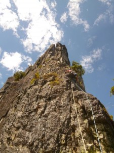 烏帽子岩のとんがった頂に向かう