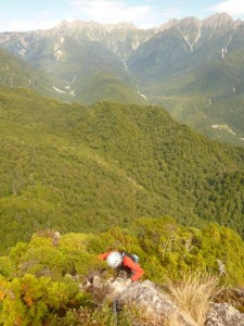 槍穂連峰を背景に烏帽子岩の頂上へ