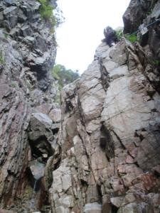 一つ目の滝リード中。トラバースが悪い。