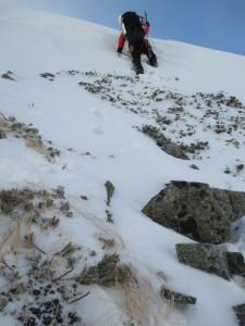 雪庇を崩して越える。