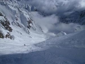 カクネ里上部を登る西村さん。右手に主稜末端が見える
