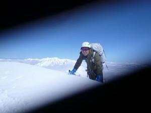 北壁から北峰に飛び出す西村さん。北風が強くて、カメラのレンズが中途半端な開きに(^^;)