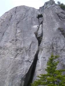 4P終了点の手前から、5、6Pの全景を見る。でかい一枚岩