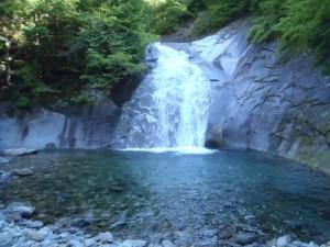 釜ノ沢に入ってすぐの魚止め滝。泳ぎたいけど、寒すぎて泳げまへん