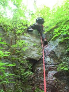 3段18m滝は、右側のクラックを登り、悪い草付から右岸へトラバース