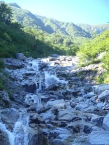 稜線を見ながら、上部のナメの連瀑を詰めていく