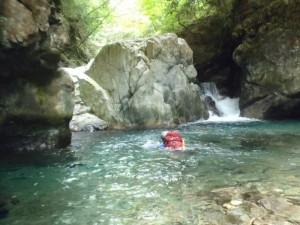 流れが強く、ザックを背負った泳ぎは一苦労