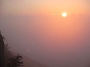 雲の端から朝日が昇る