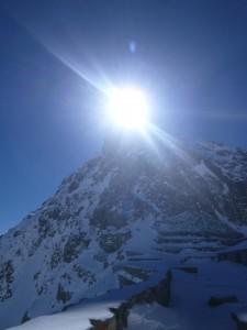 山荘のテラスからは、奥穂の頂上に太陽が重なって見えた