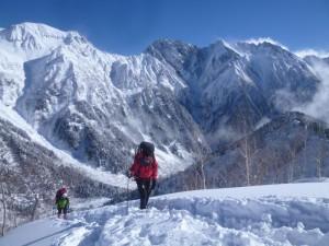 南岳西尾根と滝谷をバックに、中崎尾根に上がる