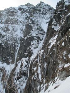 初日にトレースを付けに行った途中からの奥壁。左右のルンゼの氷瀑がすごい