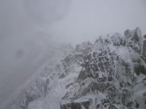 稜線で、強烈な風に吹かれヨロヨロ