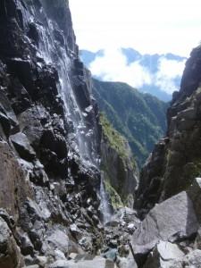 雨が多い夏だったのを反映して、右岸の壁から滝が落ちていた