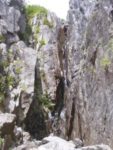 水が流れるチムニー状の滝。これ以上濡れるのは御免ということで、左から