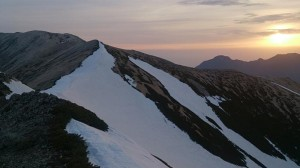 真砂岳から見た朝日と野口五郎岳(左)