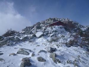 避難小屋が雪に埋もれていないことに驚き