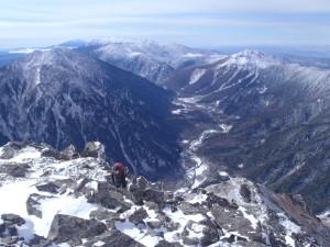 雪の上高地を見下ろして。遠くに噴煙を上げる御嶽が見える