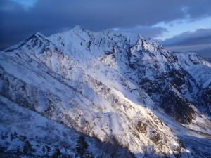 頂上に日が当たり始め、幻想的な風景が広がった