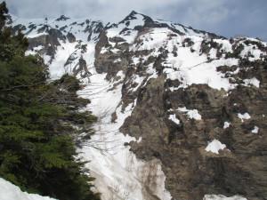 東尾根。所々雪面に亀裂が入っている。