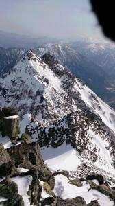 稜線から見た明神岳。稜線は雪が少ない