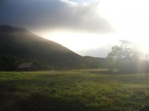 幻想的な戸隠牧場。空には不吉な雲が…