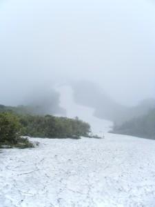 乙妻山まで続く稜線上の雪渓