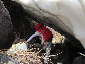 雪渓の下をくぐって、左方カンテ取り付き方面へ下る。