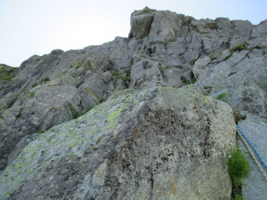 5P目。上部に見える巨石を左に越え、ワイドクラック登り