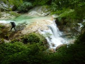 きれいな滑滝と釜が続く