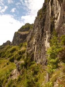 烏帽子岩の基部を、西から東へトラバース