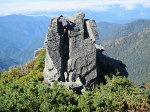 雷鳥岩のお隣にある小さな岩をクライミング。