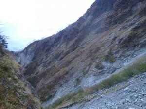 茶臼のコルへの登りの途中、ひょうたん池から下りた急斜面を振り返る