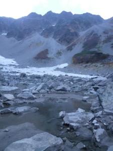 雪渓のたまり水、涸沢池