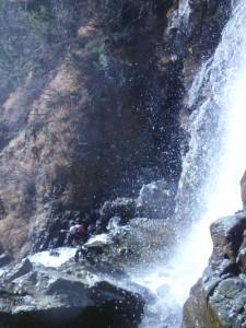 1つめの滝。シャワーを浴びながら釜を渡る